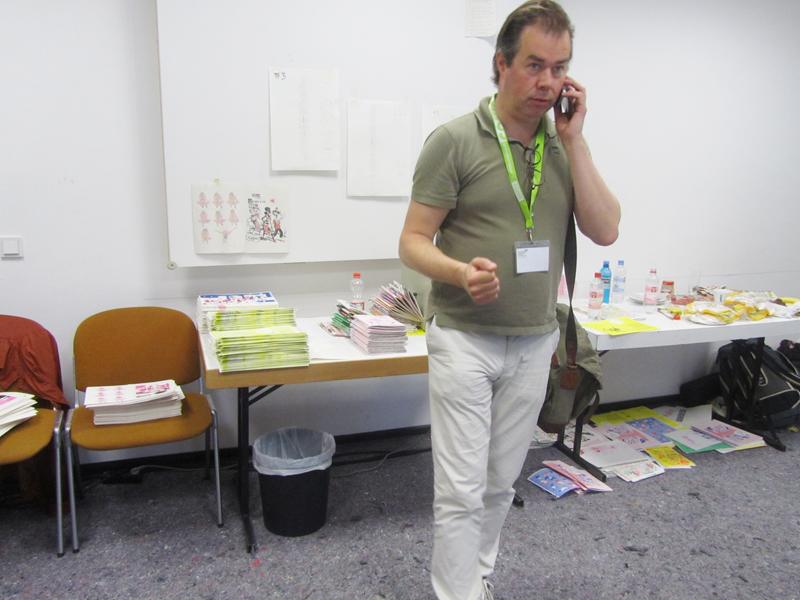 In einem Nebenraum hat Gert Jan Pos ein Risostudio eingerichtet und produziert mit 8 Zeichnern täglich live ein neues Magazin.