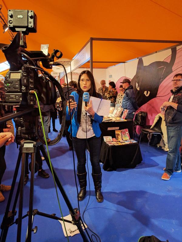 Das französische Fernsehen am Stand des deutschen Comicvereins (Foto: Ulli Lust)