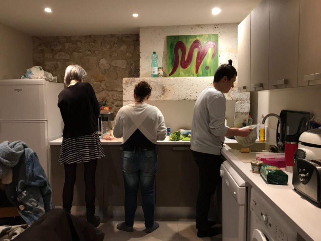 Abends beim gemeinsamen Kochen in unserer Unterkunft